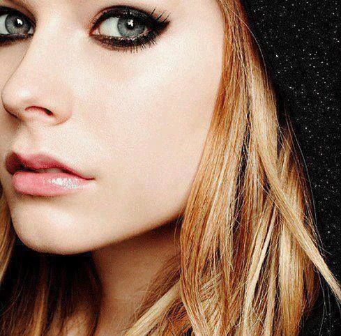 Avril cracking lips,nose & peepers