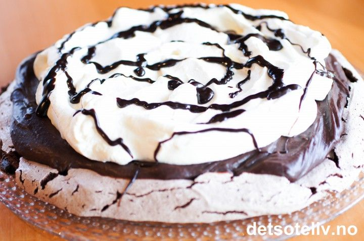 Her ser dere kakebildet som har fått 730 likes i løpet av 3 timer etter at jeg postet det på Det søte livs Facebookside!!! Helt rått, og utrolig gøy! Dette er en sjokolademarengskake som dekkes av en sinnsykt god sjokoladekrem og oppå der igjen pisket krem og sjokoladesaus. Jeg lagde kaken i dag og postet bilde av kakestykket på Instagram og Facebook før jeg satte kaken frem til servering. Etter alle etterspørslene etter oppskriften som har tikket inn på Facebook etterpå, tør jeg ikke annet…