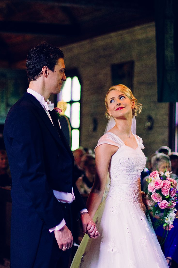 A bride looking at her groom during the ceremony. She's wearing a white dress with sleeces and a pink rose bouquet. By Swedish Photographer Victoria Öhrvall #summerwedding #weddingportrait #weddingphotos #bröllopsporträtt #bröllopskort #bröllopsfotograf