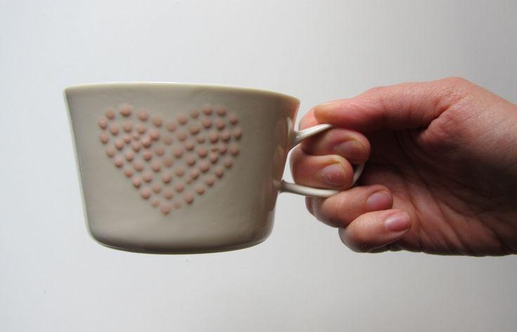 White-Limoges-Porzellan-Tasse mit Hochglanz-Politur. Als Verzierung habe ich kleine Punkte, die zusammen eine punktierte Herzform außerhalb der Cup erstellen. Unten ist nach dem Brennen die Oberfläche weich machen sorgfältig geschliffen. Dieses Stück ist perfekt für heiße und kalte Getränke.   Ungefähre Größe: Höhe 6 cm, 2,36 Zoll Durchmesser 9 cm, 3,54 Zoll Volumen 2,5 dl, 1 Tasse---ich habe gegossen das Porzellan Stücke individuell, kleine Unvollkommenheiten sind Teil der Stücke, wie sie…