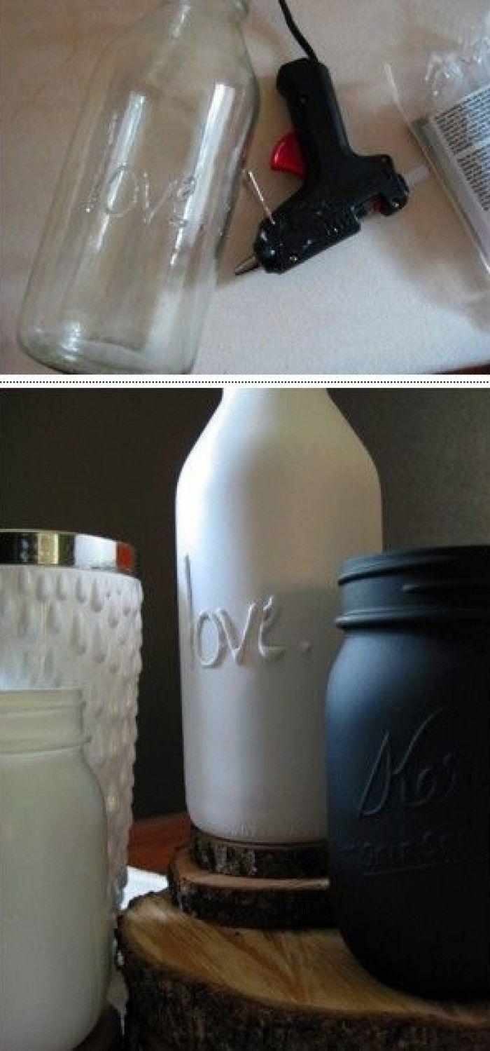 Schriftzug mit einer Klebepistole auf eine schöne Flasche. Für Farbige Flaschen mit Sprühfarbe bearbeiten
