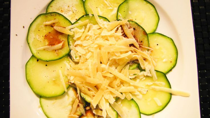 Prueba un carpaccio vegetariano...de zuquini, una explosión de sabores naturales en tu boca.