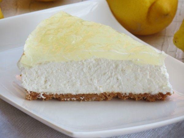 """лимонный чизкейк без выпечки / ингредиенты : печенье / типо амаретти / - 200 г .  сливочное масло - 80 г .  сыр """" филадельфия """" - 330 г .  сахарная пудра - 120 г .  лимонный йогурт - 125 г .  лимон - 1 шт .  сливки - 200 г .  желатин в пластинах - 8 г .  молоко - 1 ст . л .    глазурь :   сахар - 80 г .  вода - 200 мл .  лимон - 1 шт . крахмал - 2 ст . л . КАК ГОТОВИТЬ ПО ССЫЛКЕ"""