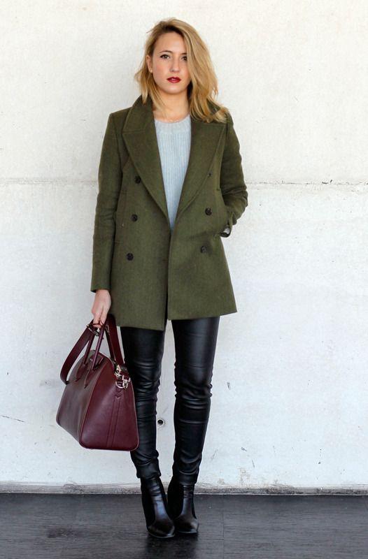 Nos encanta ver colores diferentes en los looks de moda, por eso este abrigo verde, con pitillos de piel y bolso granate nos encanta.
