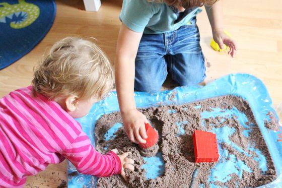 Mit einfachen Hack den Sandkasten nach drinnen verlagern - mit kinetischem Sand. Sie brauche nur normalen Sand und Rasierschaum. © vision net ag