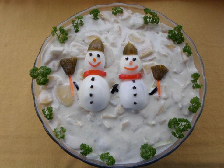 A karácsonyi menü elmaradhatatlan fogásai, a rántott hal és a különféle töltött, göngyölt és sült húsok mellé az ünnepkor kicsit különlegesebb köret is dukál - ez pedig rendszerint valamilyen majonézes-tartármártásos saláta. Na, de milyen? Krumpli, rendben. Esetleg kukorica. De milyen variációk lehetnek még? Mutatjuk!