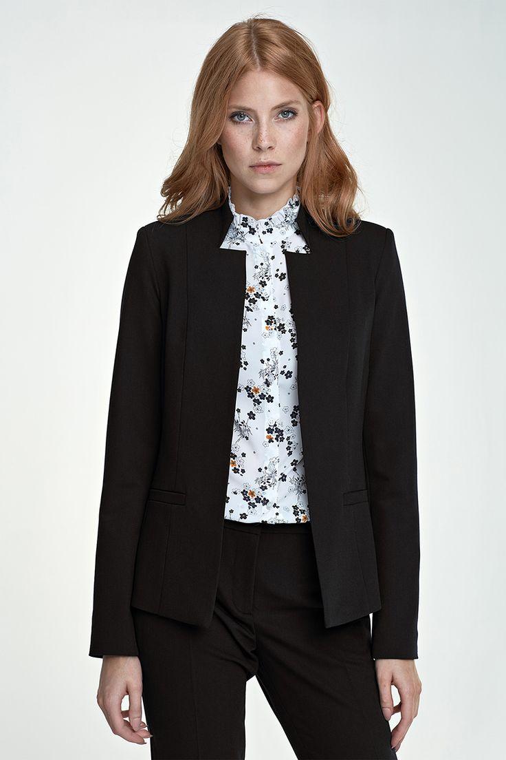 Veste tailleur femme, noire :  Avec sa coupe cintrée et ajustée, à la fois épurée et graphique, cette veste nous pare d'un esprit contemporain, effortless-chic et singulier.