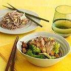 Een heerlijk recept: Chinese broccoli met lauwwarme noedelsalade