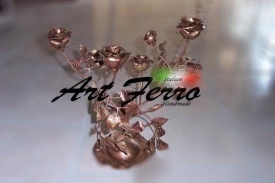 Sofisticato stelo a forma di rosa totalmente realizzato a mano, dopo un lungo ed estenuante lavoro per la finitura di tutti i dettagli. L'elemento lascera senza parole qualsiasi osservatore per l'alta precisione e la bellezza che la fedeltà di queste rose generano. Ricoperto infine con un color rame/marrone per preservarne negli anni bellezza e struttura. #stelo #ornamento #casa #decorazione #italian #handmade #artigianale #italy #art #designer #art #ferro #artferro