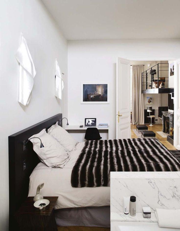 La chambre ouvre sur la salle de bains et sur le salon