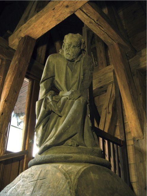"""""""Il guardiano della Torre""""  Nascosta in cima alle scale della torre del Ponte Carlo, la statua di V?žnik (il guardiano della torre) è probabilmente la più pregevole tra le molte esistenti a Praga. Rappresenta un uomo anziano con un'enorme gobba che gli è valsa il soprannome di Quasimodo di Praga. Scolpito in pietra arenaria ormai erosa dal tempo, il gobbo in atto di genuflettersi solleva la tunica e scopre la gamba destra. Alla cintura porta un coltello in una guaina. Secondo alcuni…"""