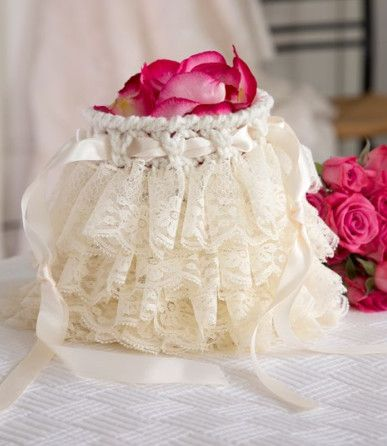 This would be such a sweet gift for the flower girl! Gorgeous crochet purse - free tutorial!