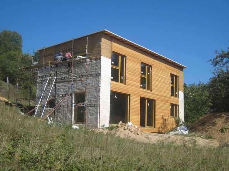 M. Hudec - ELAM: u Brna (ekologická dřevostavba) -/straw-bale insulation/ -  izolace slaměnými balíky,přírodní modřín a vápenohlinité omítky