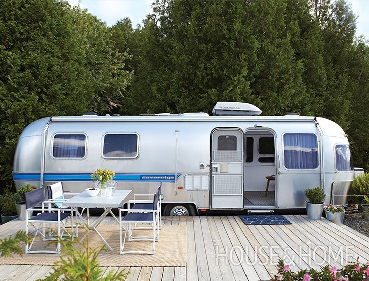 Our smallest home tour yet – a 210-square-foot airstream trailer. See how Sean Swayze and Kent Worth transformed a retro airstream trailer from the 1980s into a perfect weekend getaway. By replacing the floor, painting the walls and adding modern decor, the owners created a stylish, bright interior.