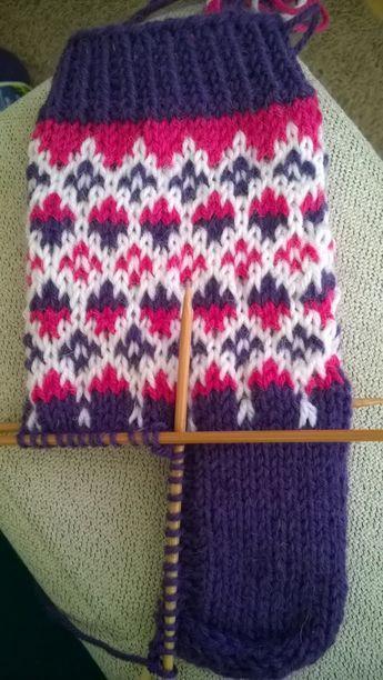Pyörittelin vähän aikaa 7 veikan violetteja keriä keskenään ja ne alkoivat muotoutua tällaisiksi kirjoneulesukiksi! Violetit suka...
