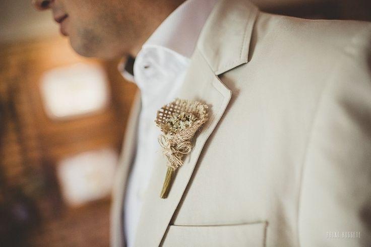 ESTE VALOR SE REFERE A APENAS UMA UNIDADE ! <br>Opções de 6 cores <br>Lapela para noivos, padrinhos e pajens. <br>Opção de 6 cores: Off white, rosa claro, rosa choque, amarelo, azul, e lilás . <br> <br>Lapela mede 10 cm. <br>Feita com <br>- Flor seca <br>- Juta <br>- Fio de juta <br> <br>Ideal para casamentos temáticos, na praia, campo, <br>jardim ou em restaurantes. <br>lapela Rústico usada em casamentos nos Estados Unidos... <br>Um luxo para noivas de bom gosto. <br>O tempo para produção…