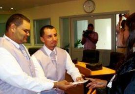 20-May-2013 2:25 - EERSTE HOMOHUWELIJK OP BONAIRE. Op Bonaire zijn voor het eerst twee homos getrouwd. De 43-jarige Arubaan Jean Ardley Baiz trad dit weekend in het huwelijk met de dertien jaar jongere Nolberto Miguel Torrealba uit Venezuela. Toen Saba, Bonaire en Sint-Eustatius in oktober 2010 bijzondere gemeenten binnen het Nederlandse koninkrijk werden, kregen ze twee jaar de tijd om de invoering van het homohuwelijk voor te bereiden. Eind vorig jaar was de wetgeving klaar. Bonaire is...