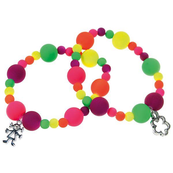 Värikkäät rannekorut syntyvät neon-helmistä ja riipuksista.