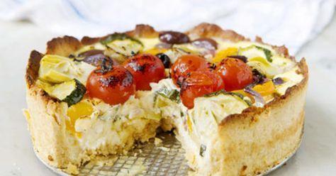 En god, vegetarisk paj med parmesanost, kronärtskocka och oliver. Servera med en enkel sallad på krispiga blad smaksatt med fin olivolja och citron. Receptet ger ca 6-8 bitar paj.