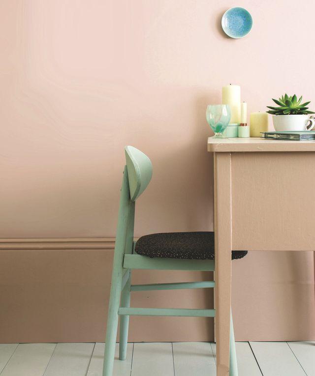 """Coup de blush. Le duo de roses poudrés (""""Pink Ground"""" sur le mur et """"Setting Plaster"""" sur la plinthe) est rafraîchi par des touches vert d'eau (""""Teresa's Green"""" sur la chaise). 73,50 euros les 2,5 litres en émulsion mate, Farrow & Ball."""