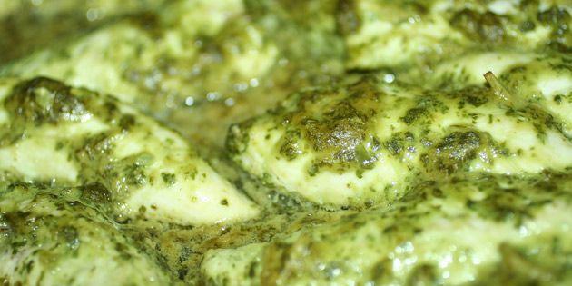 Kylling i basilikummarinade: Nem ovnret med masser af smag!