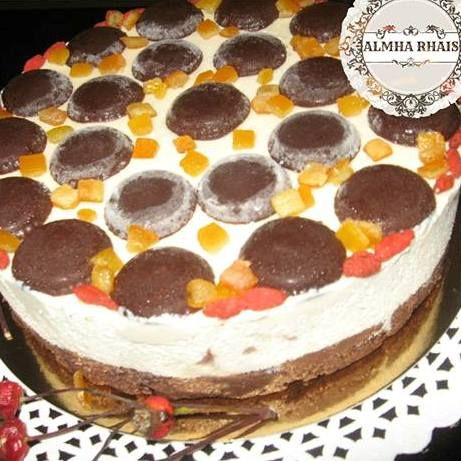Creamy and delicious fall raw cake, with peanut butter layer & chocolate buttons! By Almha Rhais