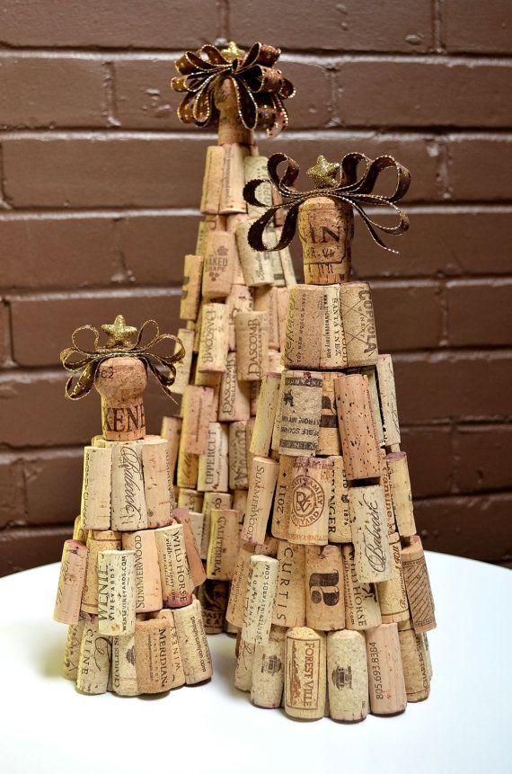 Een set van 3 rustieke cork kerstbomen versierd met hand-cut voorzien wijnkurken en gegarneerd met een champagne kurk met lint en gouden ster. De kleur van het lint--brons, metallisch goud en maroon--overeenkomt met prachtig met de kurken.  De grote boom maatregelen 16 hoog - base 18 breed De middelgrote boom maatregelen 12 hoog - base 14 breed De kleine boom maatregelen 8,5 hoog - base 12 breed