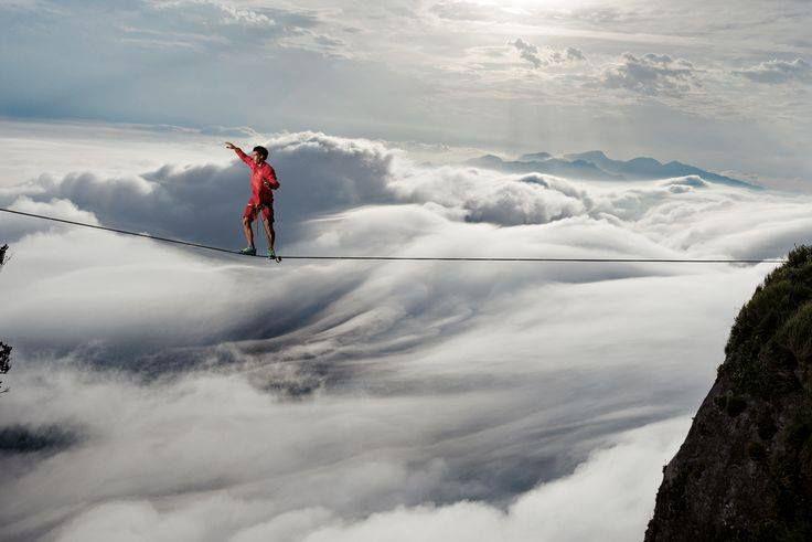 """""""Le sujet s'éloigne du verbe... et le complément direct vient se poser quelque part dans le vide.""""  Samuel Beckett / En attendant Godot photographie : Caio Afeto, funambule professionnel, a relié deux falaises au-dessus de Rio de Janeiro tandis que la brume enveloppait le sommet de près de 850 m - National Geographic France"""