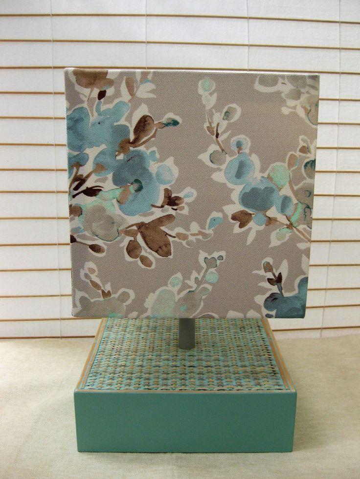 Candeeiro quadrado 22 x 22 x 7 com rattan pintado em cor verde água e abatjour estampado