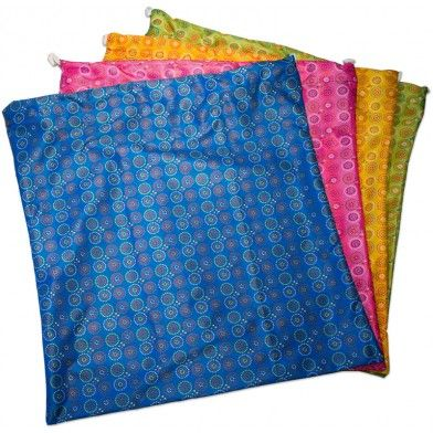 Le plus grand de nos sacs imperméables Bummis ; idéal pour stocker les couches lavables sales ! Il possède une double fermeture, à glissière et par cordon, pour une sécurité renforcée. Vous pouvez l'accrocher ou le glisser dans votre bac de stockage. Garanti sans plomb, phtalates ou bisphénol A. Existe en rose, bleu, jaune et vert. Dimensions : 61 x 61 cm.