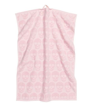 Zwart/doodshoofd. Een katoenen handdoek van velours met badstof aan de achterkant. De handdoek heeft een lusje aan één van de korte zijden en een ingeweven