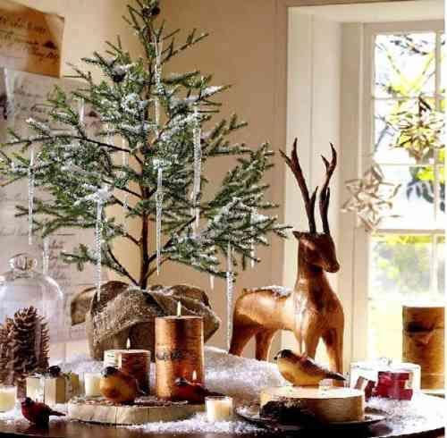 bougies originales et un sapin de Noël décoré de chandelles de glace artificielles