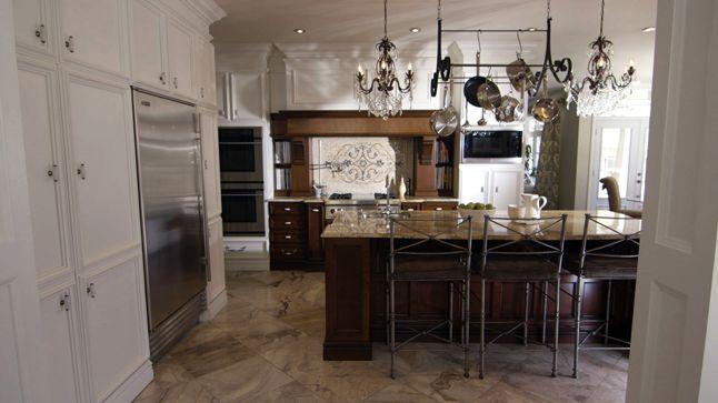 Dans cette cuisine, les moulures donnent du relief et créent une ambiance unique et chaleureuse qui donne un look champêtre ou encore rustique chic.