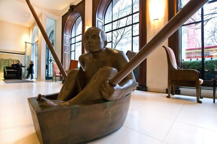 """In der Empfangshalle sitzt """"The Oarsman"""" und schwingt seine überdimensionierten Ruder. Die Holzskulptur ist von Bildhauer Andre Wallace."""