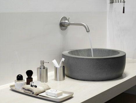 Funkční materiály s dlouhou životností – saténová nerezová ocel a kvalitní corian, který coby umělý kámen oživí interiér koupelny; Formani
