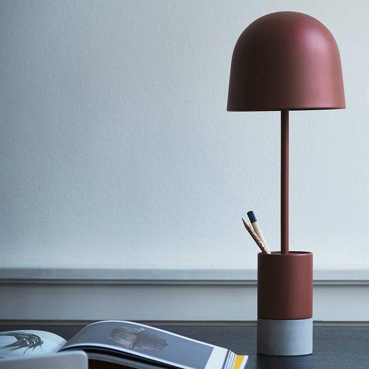 Lampe à poser de la collection Pen éditée par Frandsen composée d'une base cylindrique en béton et métal, d'un pied tubulaire et d'un abat-jour coupole métalliques, l'ensemble est présenté ic...