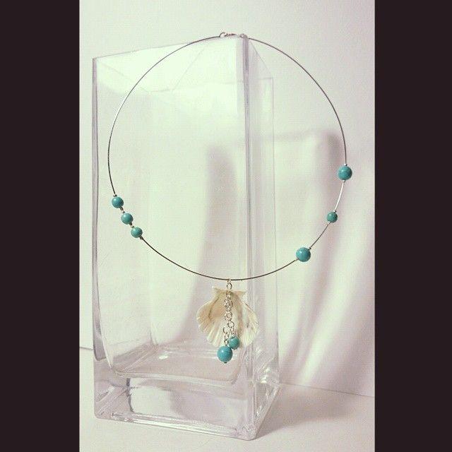 асимметричное колье; материалы: прессованная бирюза, морская ракушка, металл. #колье #бусы #хендмейд #handmade #necklace #украшения #украшенияручнойработы #handmadejewelry #jewelry #jewellery