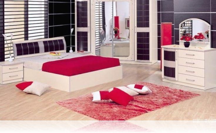 Kırmızı renkler ev dekorasyonunda cesur renkler olarak bilinir. Eğer sizde kırmızı renkli halı modelleri ile yatak odanızı dekore etmek istiyorsanız yanında mutlaka yatak örtüleri veya a