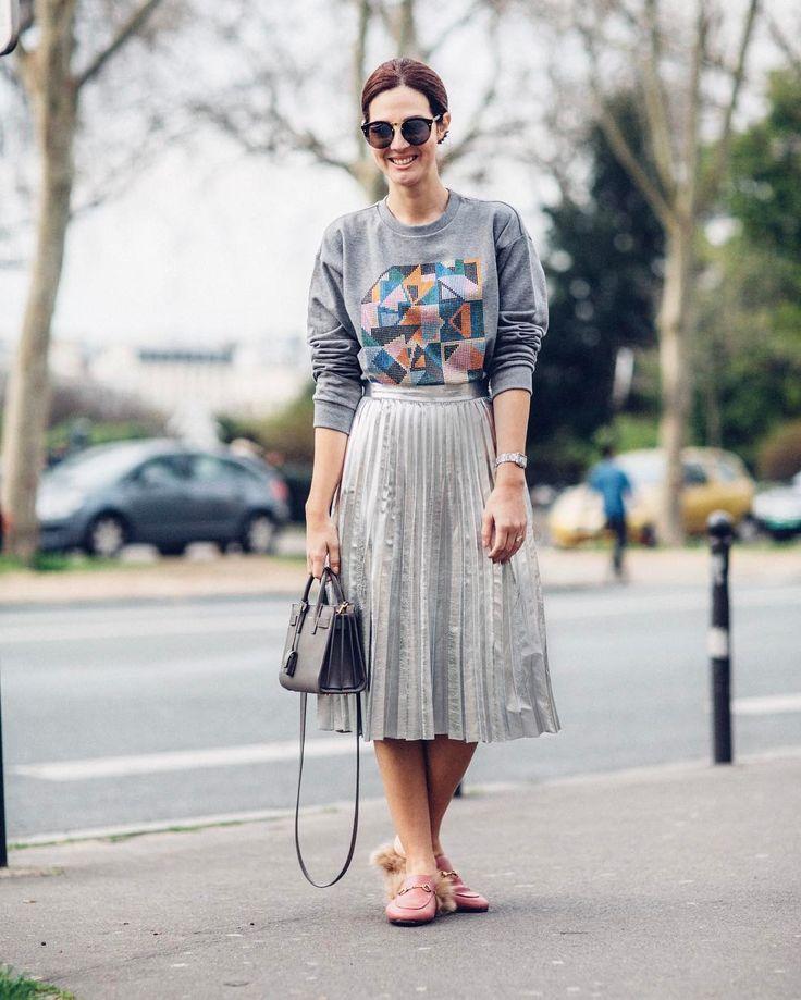 My first day of PFW in silver & sparkly sweatshirt ✨ moletom Christopher Kane @netaporter, saia Zara, bolsa YSL, sapatos Gucci e óculos Illesteva. Vic Ceridono | Dia de Beauté