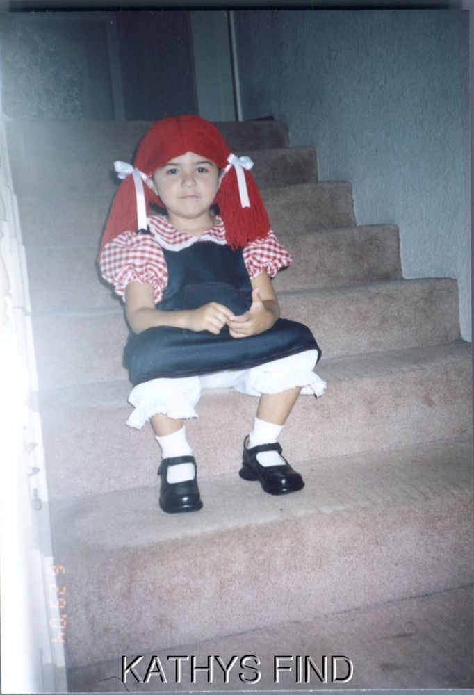 COLOR PHOTOGRAPH S_9864 GIRL IN RAGGEDY ANN COSTUME SITTING ON STAIRS,PHOTO ONLY