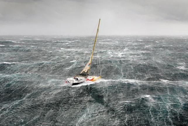 Le bateau de Bernard Stamm dans une tempête. Là, il ne c'était pas cassé! (source Voiles et Voiliers)