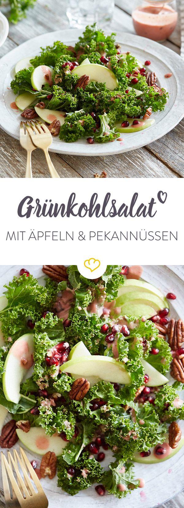 Vitaminbombe an kalten Tagen: Dieser Grünkohlsalat mit Äpfeln, Granatapfelkernen und Pekannüssen bringt dich genussvoll durch den Winter.