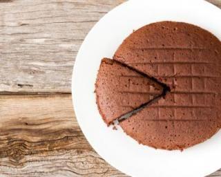 Moelleux au chocolat allégé tout simple : http://www.fourchette-et-bikini.fr/recettes/recettes-minceur/moelleux-au-chocolat-allege-tout-simple.html