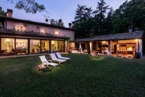 Situata nella campagna dell'Emilia-Romagna, a 4 km da Zola Predosa, la Villa Monte Quercione offre una vasca idromassaggio all'aperto in giardino, un centro fitness e una sistemazione con angolo...