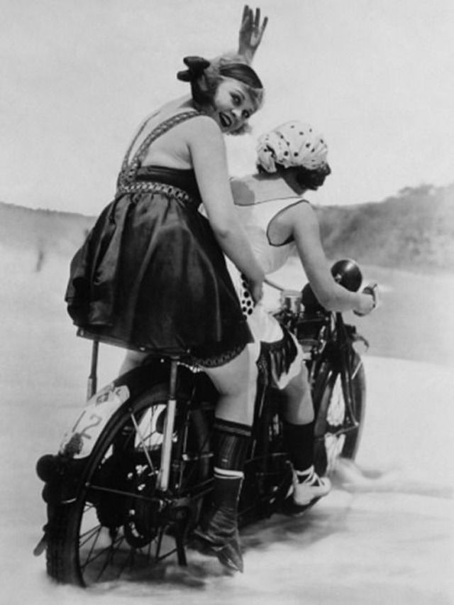 34 Vintage Photos of Badass Women Riding on Motorbikes in the 1920s