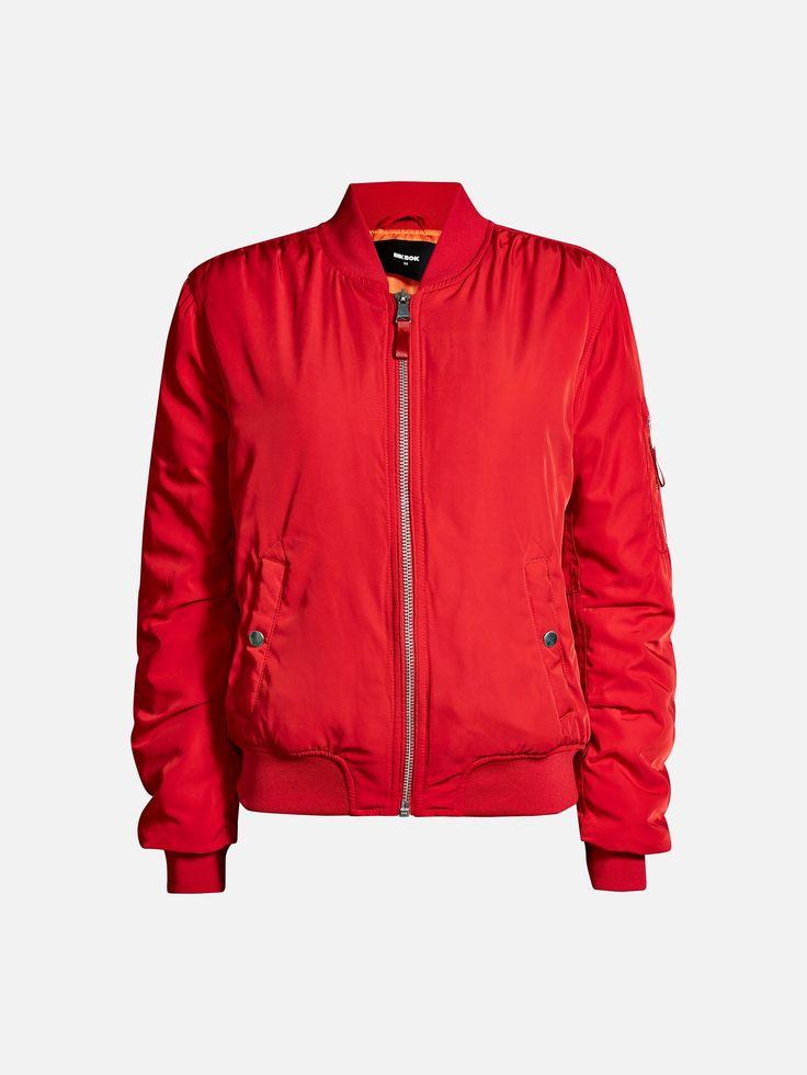 Vattert bomber-jakke med ribbestrikket krage, mansjetter og nederkant. To lommer foran med knapp.  Rød