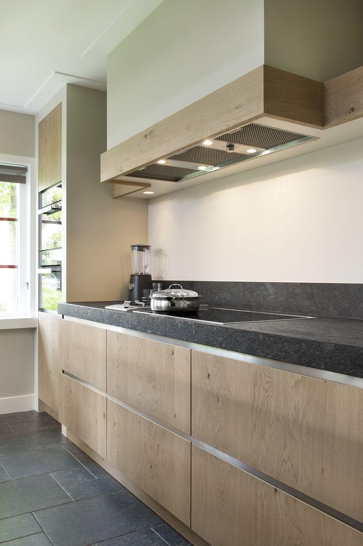 Niets is meer tijdloos dank een eikenhouten keuken. De keuken wordt helemaal compleet dankzij het prachtige kookblad, de unieke afzuigkap en de prachtige grepen van de laden.