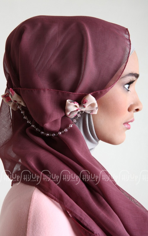 Always love chained brooch from Miss Marina. This one is ribbon shaped. Grab it fast on www.hijup.com