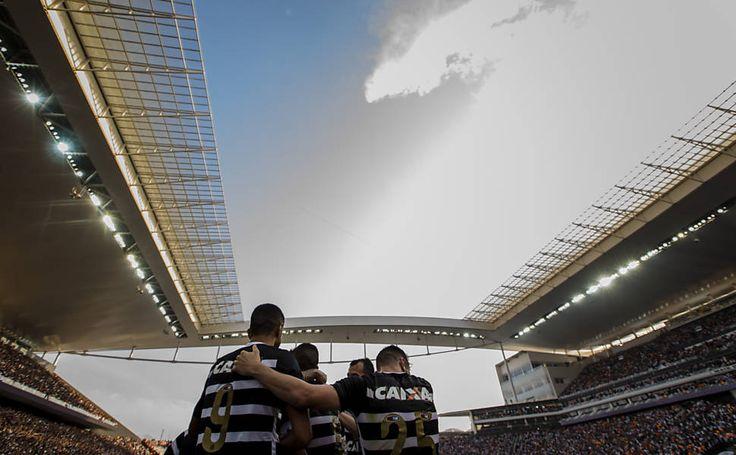 Parte de teto cai na entrada principal da Arena Corinthians - 23/02/2016 - Esporte - Folha de S.Paulo