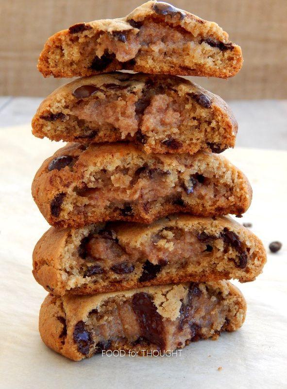 Food for thought: Μπισκότα με ψηφίδες σοκολάτας και γέμιση καραμέλα από χουρμά